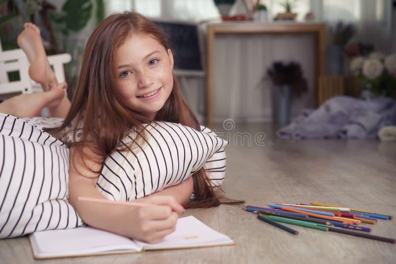 Δραστηριότητες κατά τη διάρκεια των σχολικών διακοπών, μικρό κορίτσι που επισύρουν την προσοχή σε χαρτί α στοκ εικόνες με δικαίωμα ελεύθερης χρήσης