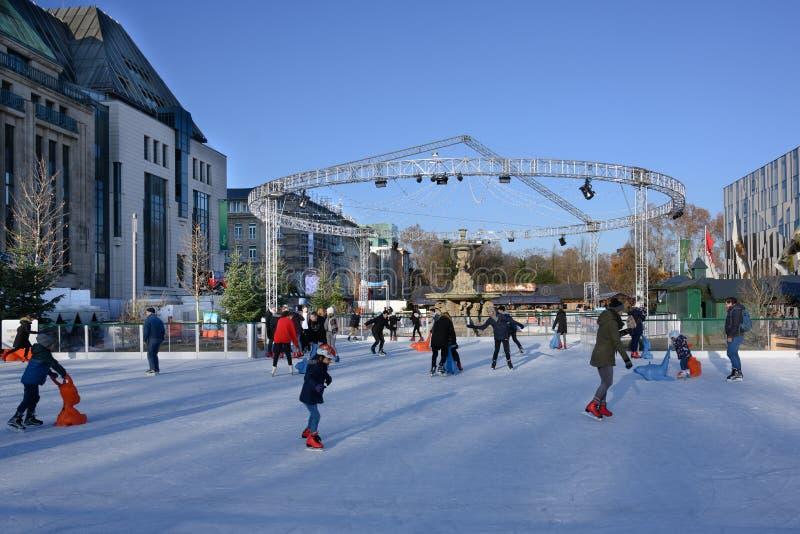 Δραστηριότητες Wintertime, άνθρωποι που κάνουν τον πάγο που κάνει πατινάζ στην πόλη του Ντίσελντορφ, Γερμανία στοκ εικόνες