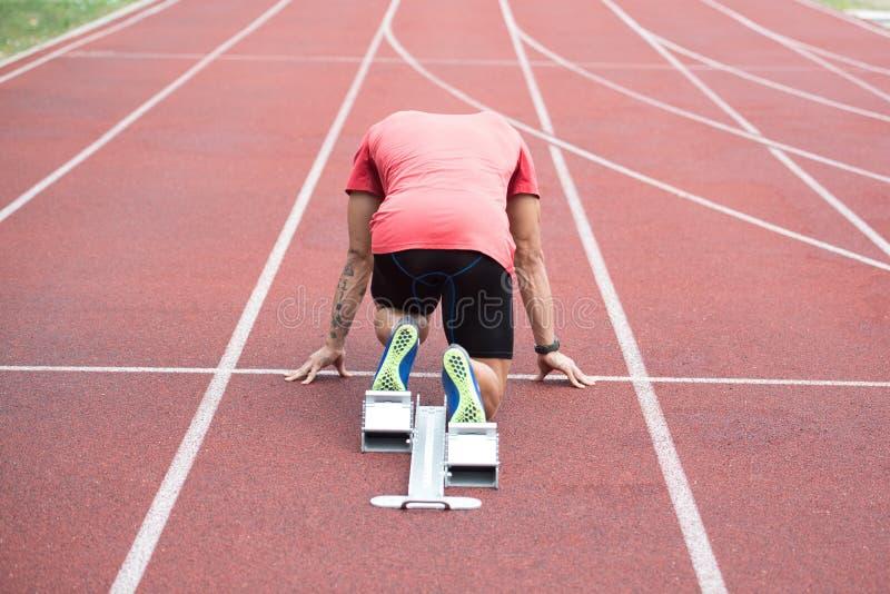 Δρομέας ατόμων που παίρνει έτοιμος να αρχίσει να τρέξει γρήγορα που οργανώνεται στοκ φωτογραφία με δικαίωμα ελεύθερης χρήσης