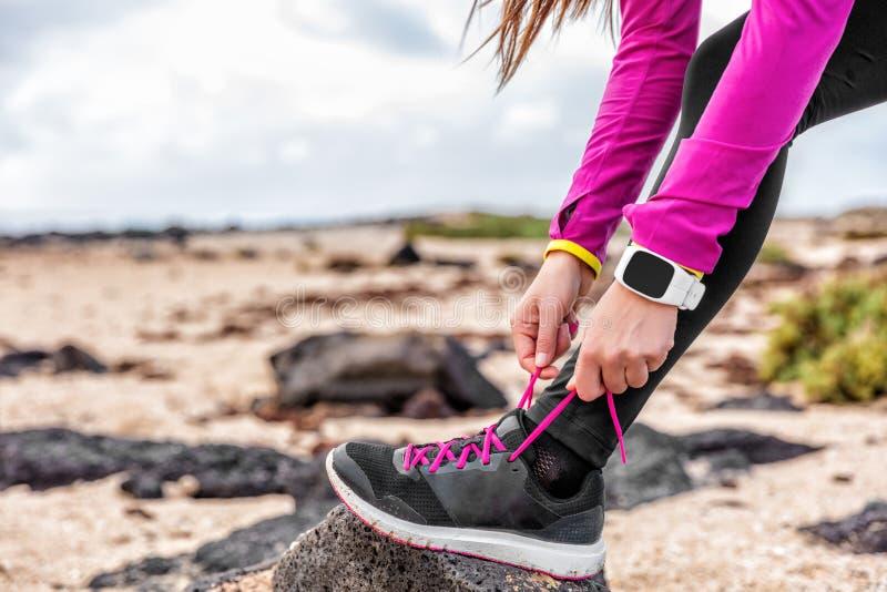 Δρομέας γυναικών ικανότητας smartwatch που παίρνει οργανωμένο έτοιμο στοκ φωτογραφία με δικαίωμα ελεύθερης χρήσης