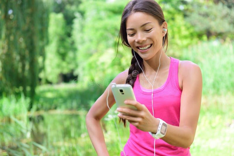 Δρομέας γυναικών που μοιράζεται τα τρέχοντας στοιχεία όσον αφορά τα κοινωνικά μέσα στοκ φωτογραφία με δικαίωμα ελεύθερης χρήσης