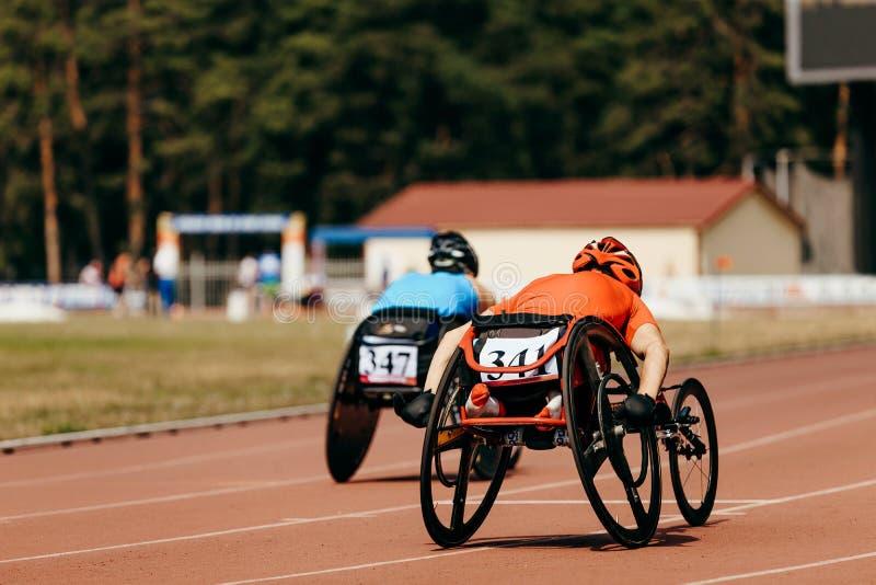 Δρομέας δύο αθλητών στην αναπηρική καρέκλα στοκ φωτογραφίες με δικαίωμα ελεύθερης χρήσης