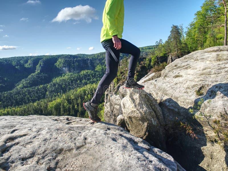 Δρομέας ιχνών ατόμων ικανότητας που τρέχει στη δύσκολη κορυφή βουνών στοκ φωτογραφίες με δικαίωμα ελεύθερης χρήσης