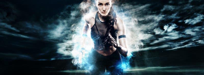 Δρομέας μαραθωνίου γυναικών Ισχυρό αθλητικό sprinter, που τρέχει στο σκοτεινό υπόβαθρο που φορά sportswear Ενεργειακή ικανότητα κ στοκ εικόνες