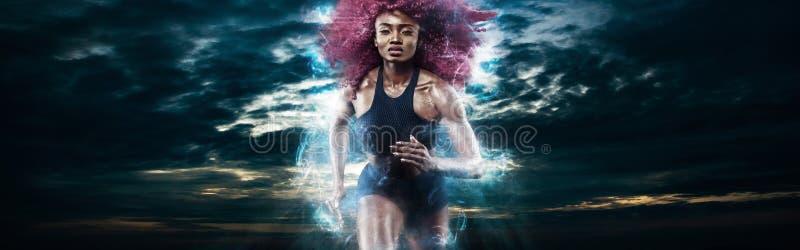Δρομέας μαραθωνίου γυναικών Ισχυρό αθλητικό sprinter, που τρέχει στο σκοτεινό υπόβαθρο που φορά sportswear Ενεργειακή ικανότητα κ στοκ φωτογραφίες με δικαίωμα ελεύθερης χρήσης