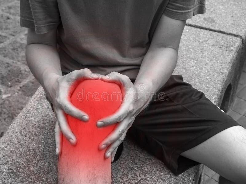 Δρομέας με το τραυματισμένο γόνατο στη διαδρομή στοκ φωτογραφίες με δικαίωμα ελεύθερης χρήσης