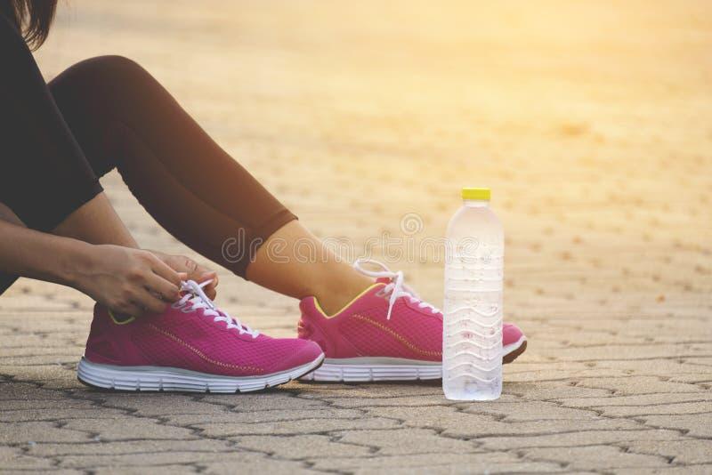 Δρομέας που προσπαθεί τρέχοντας τα παπούτσια που παίρνουν έτοιμα στοκ φωτογραφίες με δικαίωμα ελεύθερης χρήσης