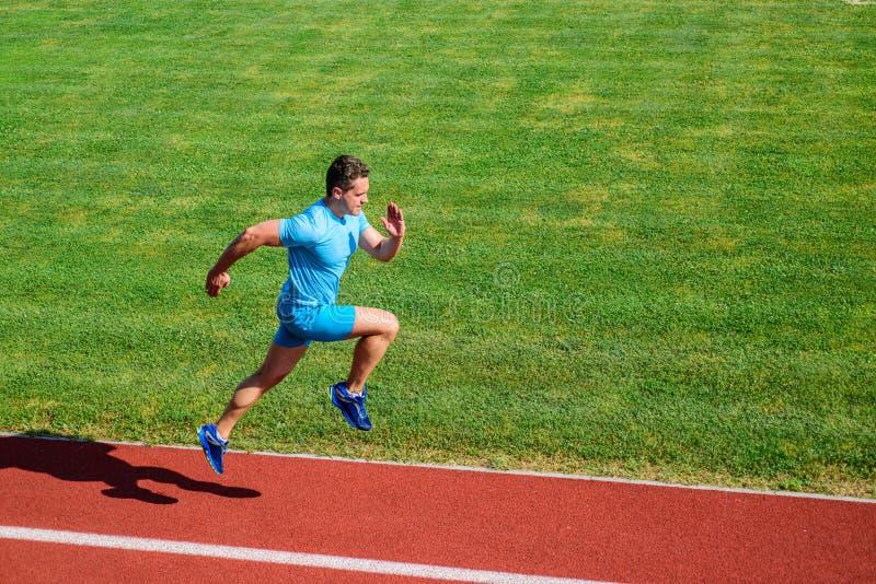 Δρομέας που στρέφεται στο αποτέλεσμα Σύντομη τρέχοντας πρόκληση απόστασης Ταχύτητα ώθησης Υπόβαθρο χλόης διαδρομής τρεξίματος αθλ στοκ εικόνες με δικαίωμα ελεύθερης χρήσης