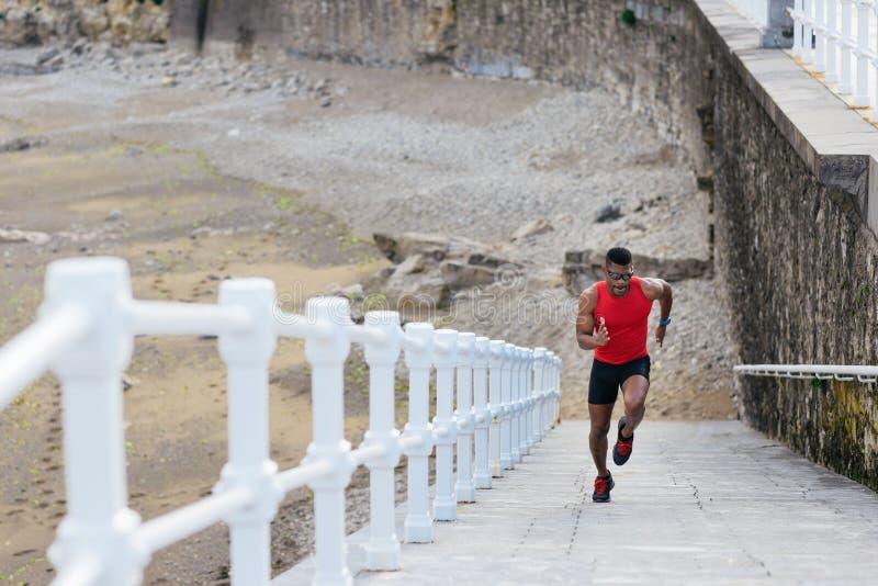 Δρομέας που τρέχει γρήγορα για την κατάρτιση δύναμης ποδιών στοκ εικόνα με δικαίωμα ελεύθερης χρήσης