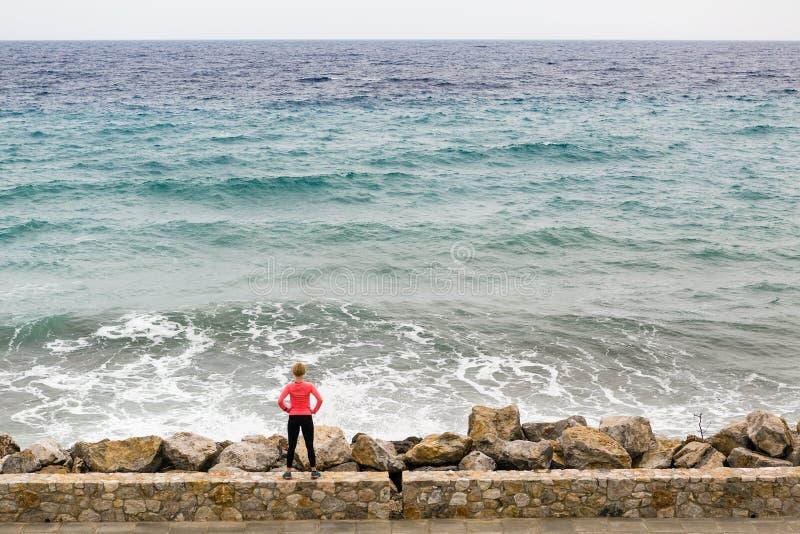 Δρομέας στην οδό πόλεων που εξετάζει την έμπνευση της άποψης θάλασσας στοκ φωτογραφία με δικαίωμα ελεύθερης χρήσης