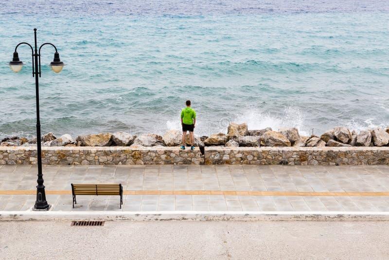 Δρομέας στην οδό πόλεων που εξετάζει την έμπνευση της άποψης θάλασσας στοκ εικόνα με δικαίωμα ελεύθερης χρήσης