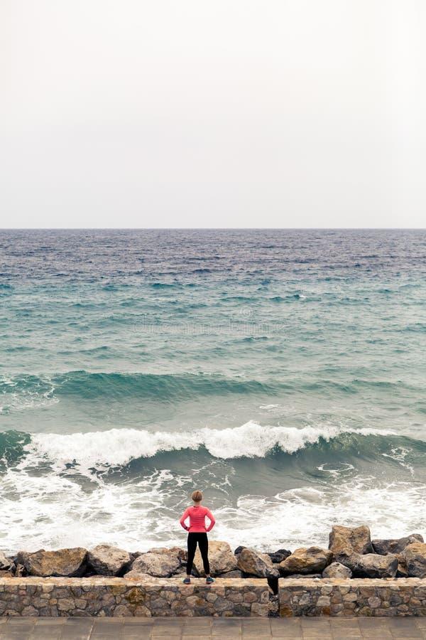 Δρομέας στην οδό πόλεων που εξετάζει την έμπνευση της άποψης θάλασσας στοκ εικόνες