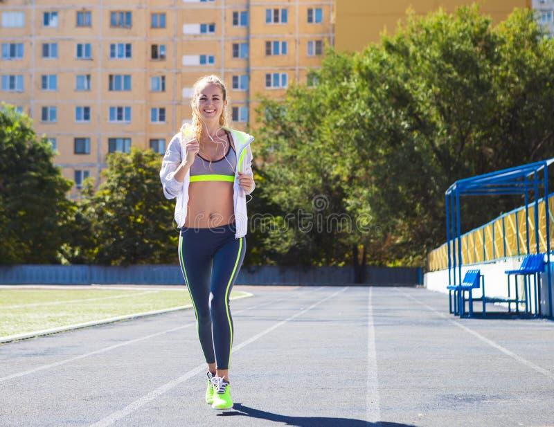 Δρομέας στη διαδρομή σταδίων Θερινή ικανότητα γυναικών workout στοκ φωτογραφίες