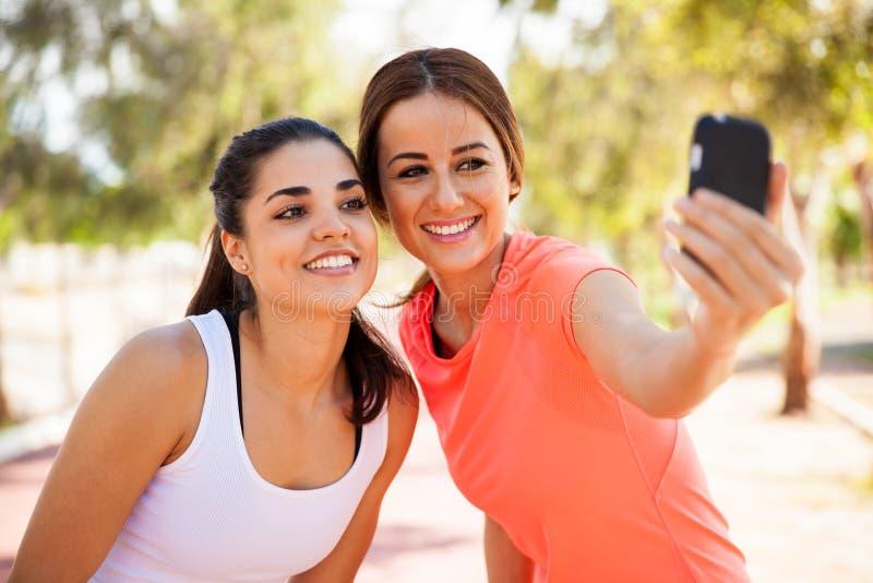 Δρομείς που παίρνουν ένα selfie στοκ εικόνα