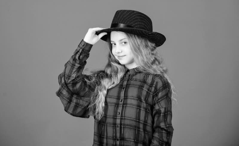 Δροσίστε cutie τη μοντέρνη εξάρτηση E Έννοια μόδας παιδιών Έλεγχος έξω το ύφος μόδας μου Τάση μόδας Πώς στοκ εικόνες