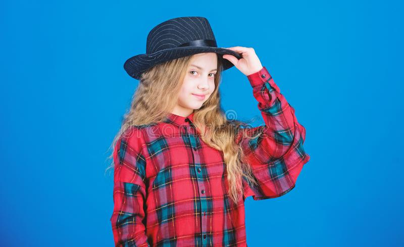 Δροσίστε cutie τη μοντέρνη εξάρτηση E Έννοια μόδας παιδιών Έλεγχος έξω το ύφος μόδας μου Τάση μόδας E στοκ εικόνα με δικαίωμα ελεύθερης χρήσης