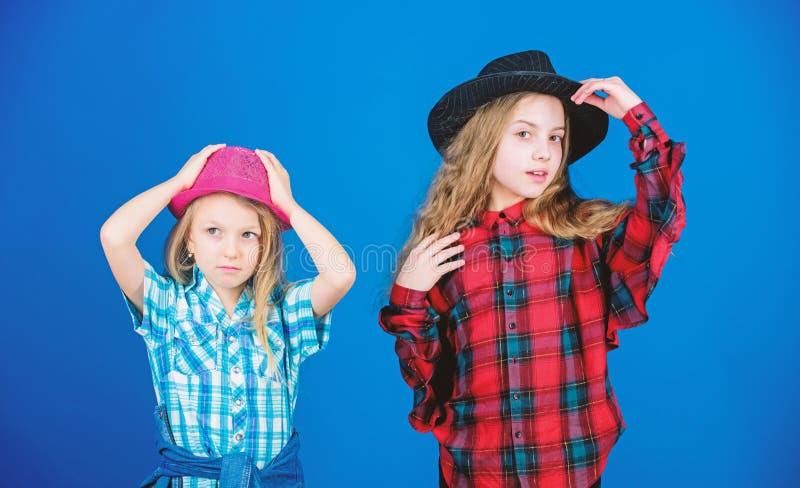 Δροσίστε cutie τη μοντέρνη εξάρτηση E Έννοια μόδας παιδιών Έλεγχος έξω το ύφος μόδας μας Τάση μόδας Κορίτσια στοκ φωτογραφίες