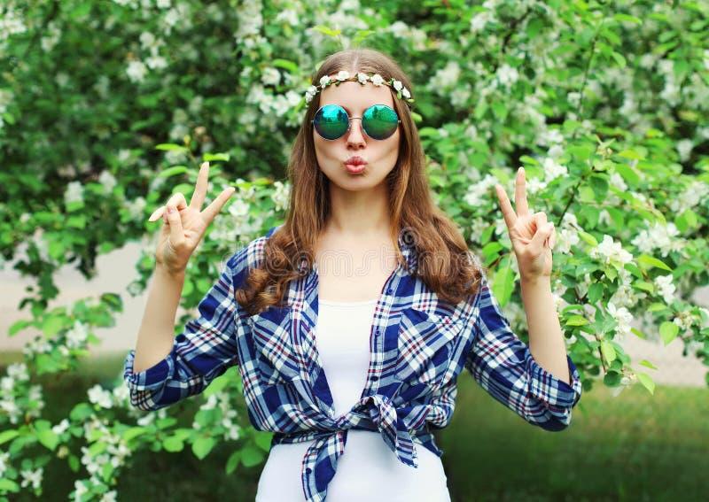 Δροσερή γυναίκα χίπηδων μόδας που έχει τη διασκέδαση στον ανθίζοντας κήπο στοκ φωτογραφίες με δικαίωμα ελεύθερης χρήσης
