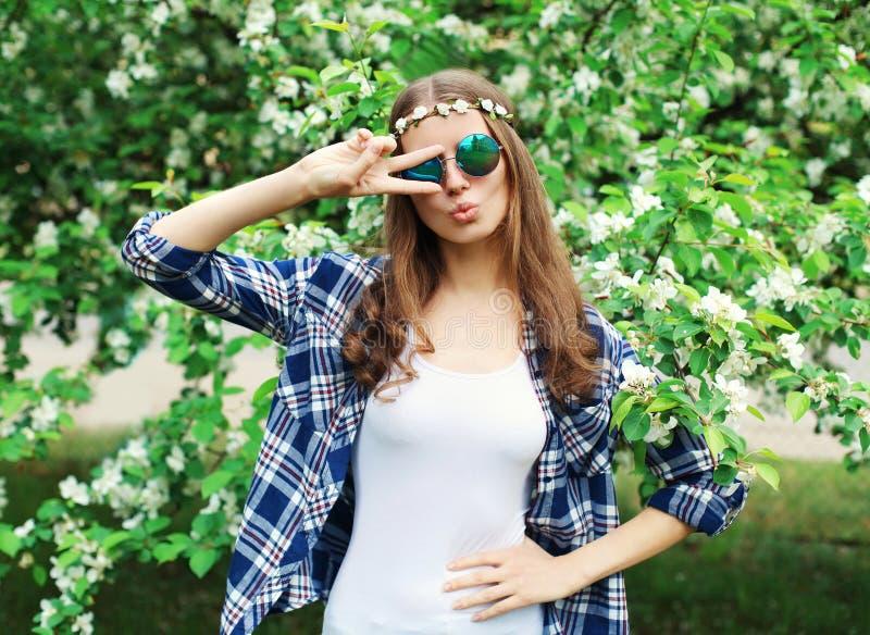 Δροσερή γυναίκα χίπηδων μόδας στον ανθίζοντας κήπο στοκ εικόνα με δικαίωμα ελεύθερης χρήσης