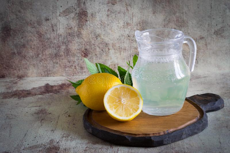 Δροσερή λεμονάδα σε μια κανάτα γυαλιού στοκ εικόνα