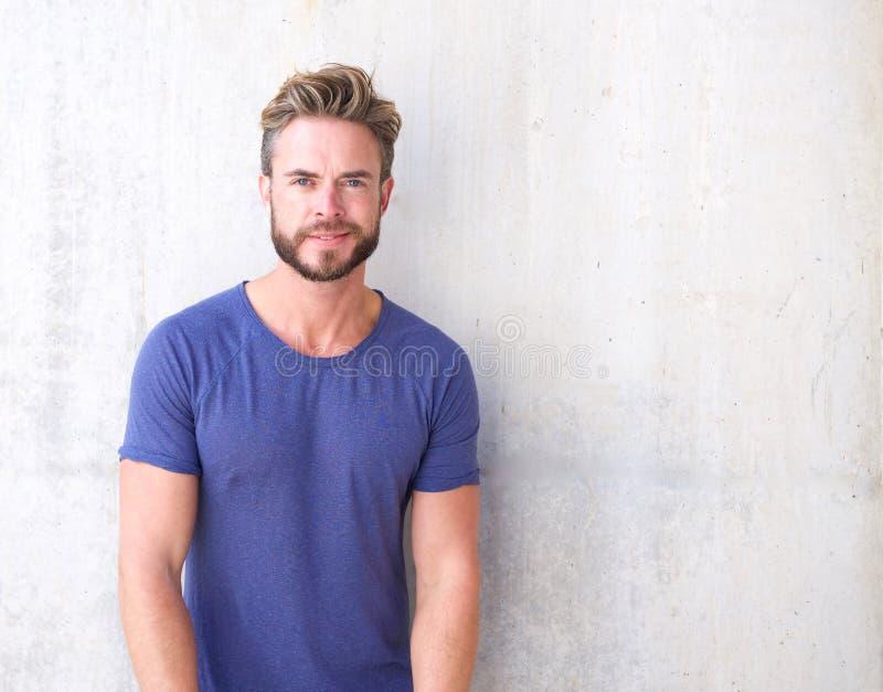 Δροσερός τύπος με τη γενειάδα και το πορφυρό πουκάμισο στοκ εικόνα