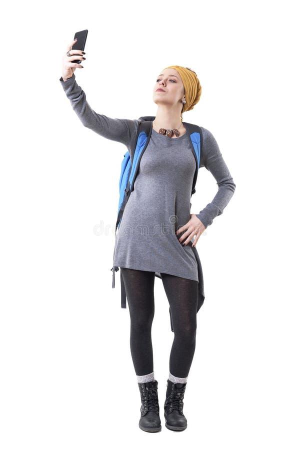Δροσερός υπερήφανος βέβαιος οδοιπόρος γυναικών backpacker που παίρνει selfie με το κινητό τηλέφωνο μετά από την επιτυχία στοκ φωτογραφία