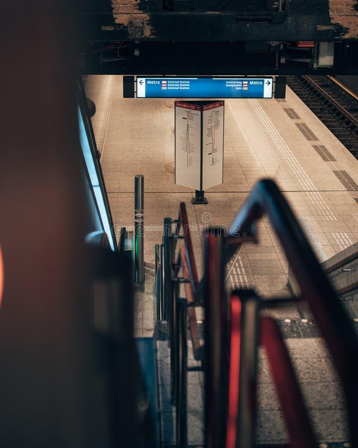 Δροσερός υπόγειος σταθμός μετρό στο Άμστερνταμ στοκ εικόνες