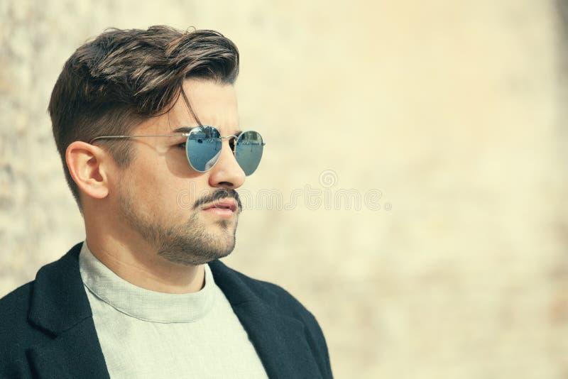 Δροσερός όμορφος νεαρός άνδρας μόδας Μοντέρνο άτομο με τα γυαλιά ηλίου στοκ εικόνα