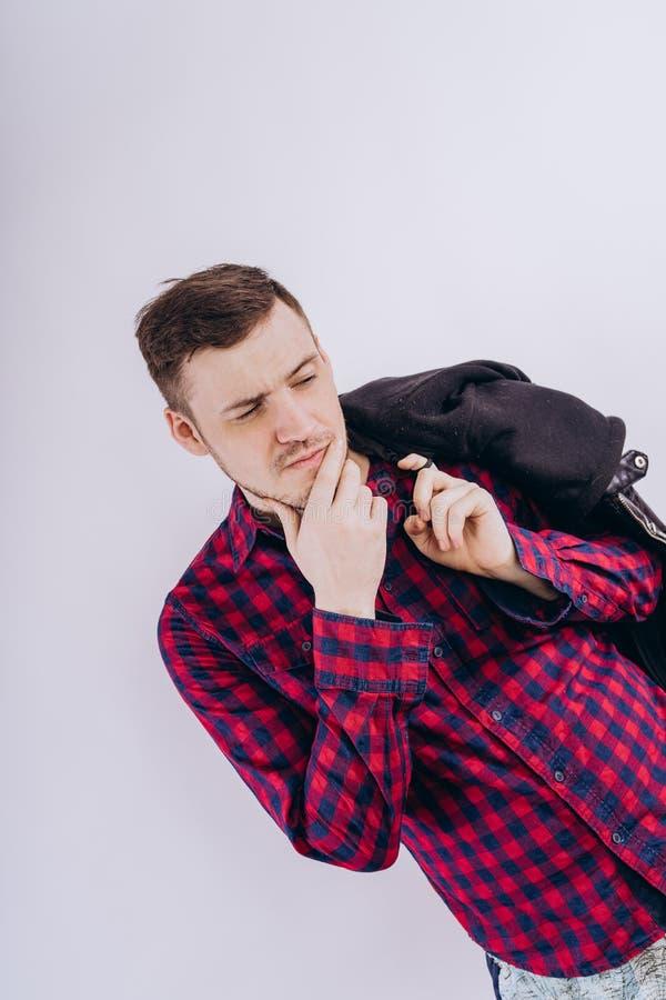 Δροσερό άτομο με το σακάκι στον ώμο στοκ εικόνες με δικαίωμα ελεύθερης χρήσης