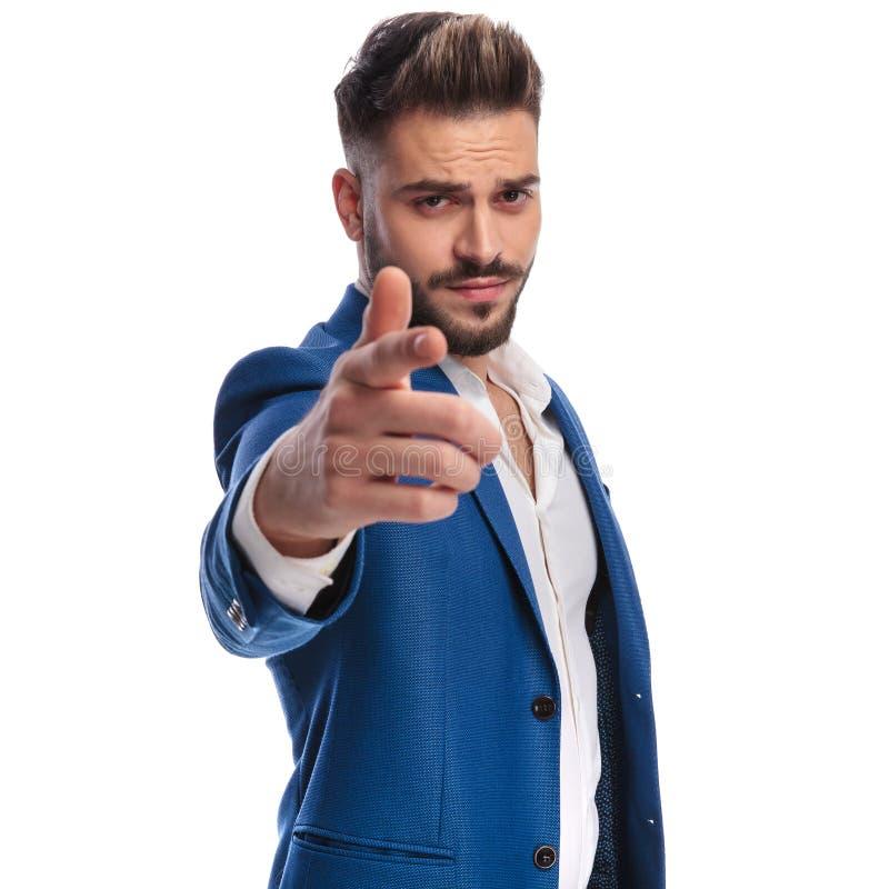 Δροσερό άτομο στο κοστούμι που δείχνει το δάχτυλό του τη κάμερα στοκ εικόνα με δικαίωμα ελεύθερης χρήσης