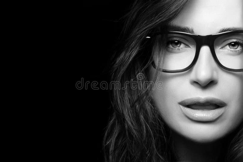 Δροσερό καθιερώνον τη μόδα Eyewear Όμορφη νέα γυναίκα στα γυαλιά στοκ φωτογραφίες