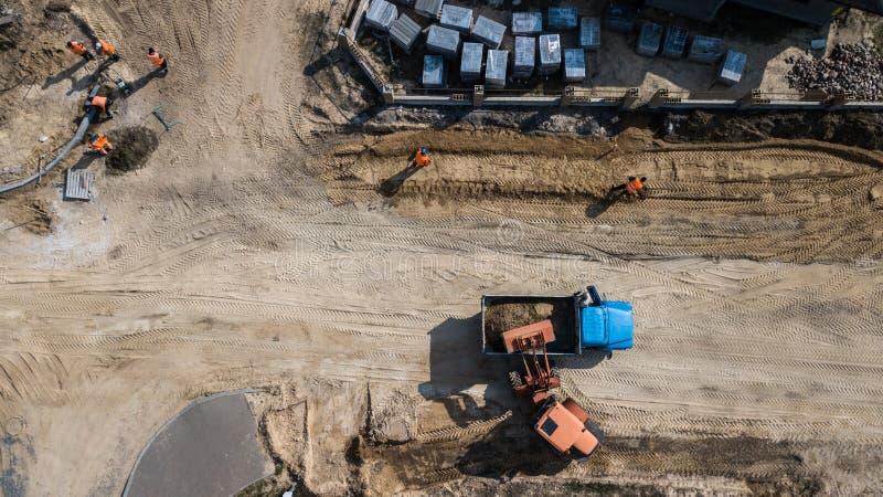 δρόμοι επισκευής τοποθέτηση των εργαζομένων στρώνοντας πλακών στοκ φωτογραφία
