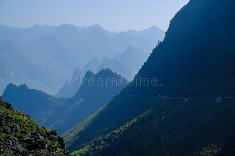 Δρόμοι με πολλ'ες στροφές μέσω των κοιλάδων και τοπίο βουνών καρστ στη βόρεια βιετναμέζικη περιοχή του εκταρίου Giang/του φορτηγο στοκ εικόνες με δικαίωμα ελεύθερης χρήσης