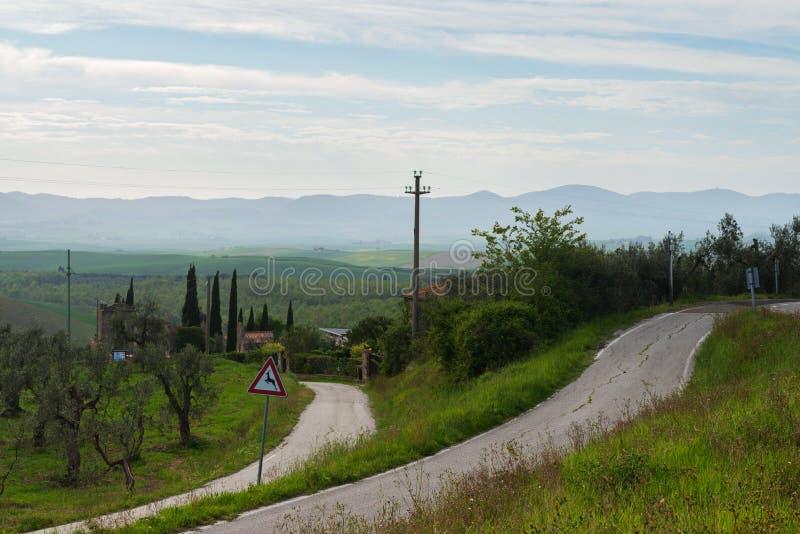 Δρόμοι με πολλ'ες στροφές σε Tuscana, Ιταλία στοκ εικόνες