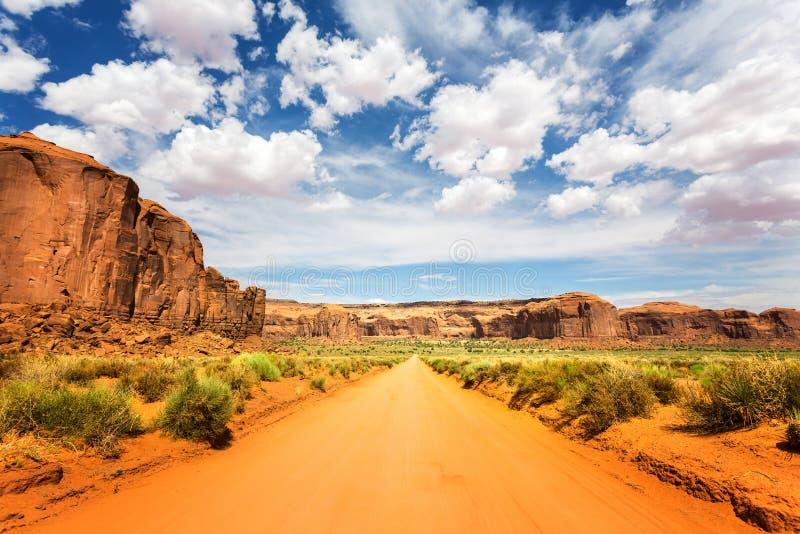 Δρόμος άμμου κατά μήκος των κόκκινων ψαμμιτών στην κοιλάδα μνημείων στοκ εικόνα με δικαίωμα ελεύθερης χρήσης