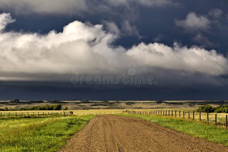 Δρόμος αμμοχάλικου ουρανού λιβαδιών σύννεφων θύελλας στοκ φωτογραφίες με δικαίωμα ελεύθερης χρήσης