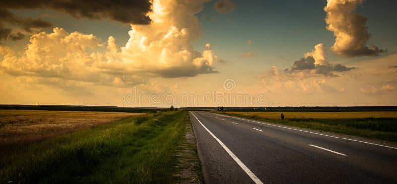 Δρόμος από τον τομέα γεωργίας στο ηλιοβασίλεμα στοκ εικόνα με δικαίωμα ελεύθερης χρήσης
