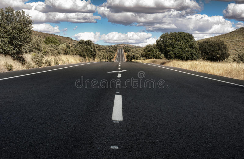 Δρόμος ασφάλτου και άσπρος χαρακτηρισμός γραμμών στοκ φωτογραφία με δικαίωμα ελεύθερης χρήσης