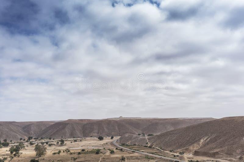 Δρόμος ασφάλτου μέσω των φαραγγιών Namibe Με τους πόλους δύναμης Αφρική _ στοκ φωτογραφίες με δικαίωμα ελεύθερης χρήσης