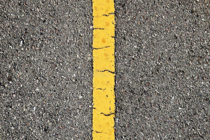 Δρόμος ασφάλτου με την κίτρινη λουρίδα στοκ εικόνες