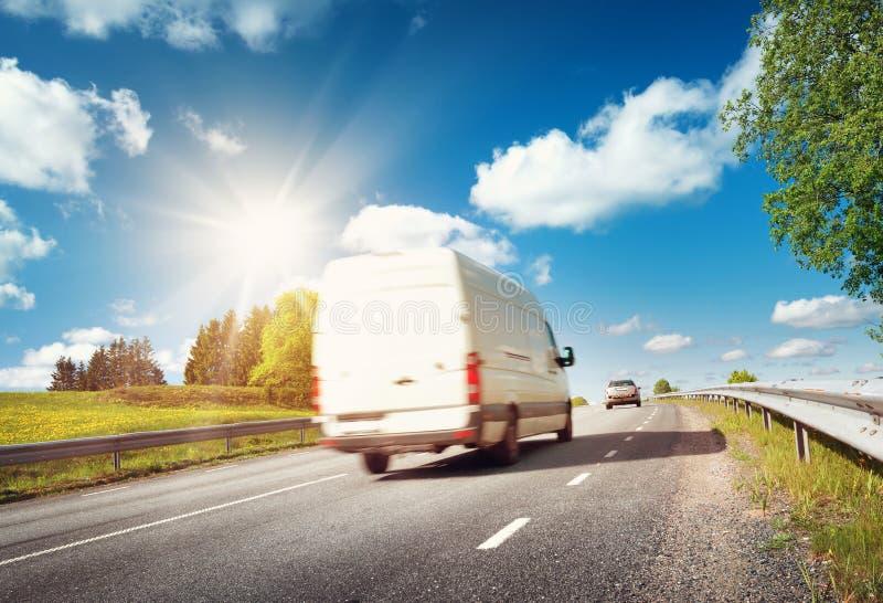 Δρόμος ασφάλτου στον τομέα πικραλίδων στοκ φωτογραφίες με δικαίωμα ελεύθερης χρήσης