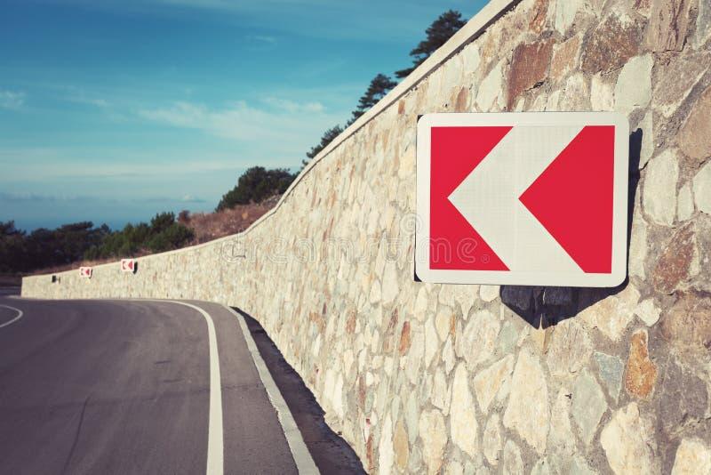 Download Δρόμος ασφάλτου στο δάσος φθινοπώρου στην ανατολή και το οδικό σημάδι Στοκ Εικόνα - εικόνα από τοπίο, αγροτικός: 62707543