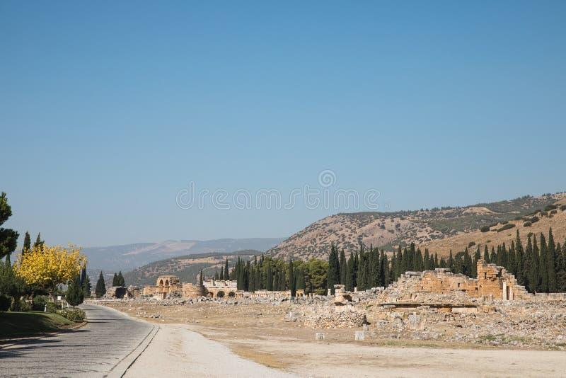 δρόμος, βουνά και καταστροφές της μεγαλοπρεπούς αρχαίας αρχιτεκτονικής στοκ εικόνες