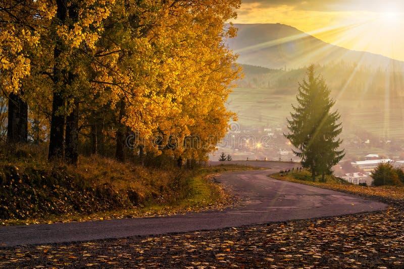 Δρόμος βουνών στο χωριό στα βουνά στο ηλιοβασίλεμα στοκ εικόνα