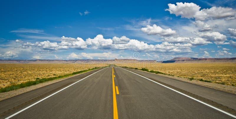 Δρόμος ερήμων κοντά στην περιοχή τεσσάρων γωνιών στις ΗΠΑ. στοκ εικόνες