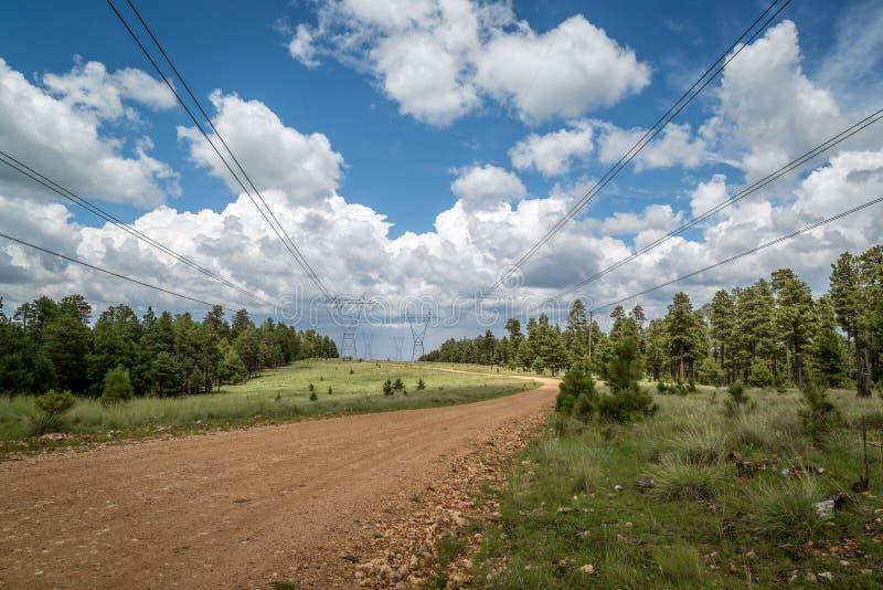 Δρόμος ηλεκτροφόρων καλωδίων με τα σύννεφα θύελλας στοκ εικόνες με δικαίωμα ελεύθερης χρήσης