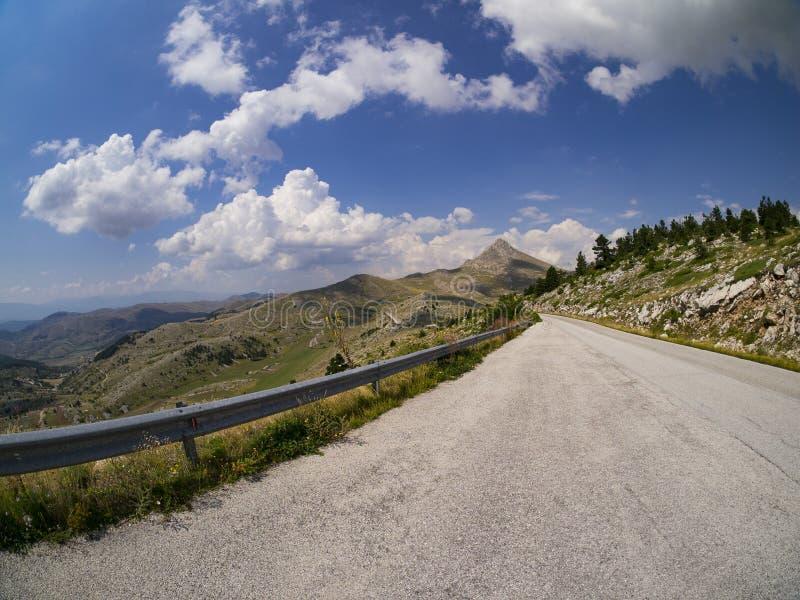 Δρόμος θερινών βουνών με τα σύννεφα στοκ φωτογραφίες με δικαίωμα ελεύθερης χρήσης
