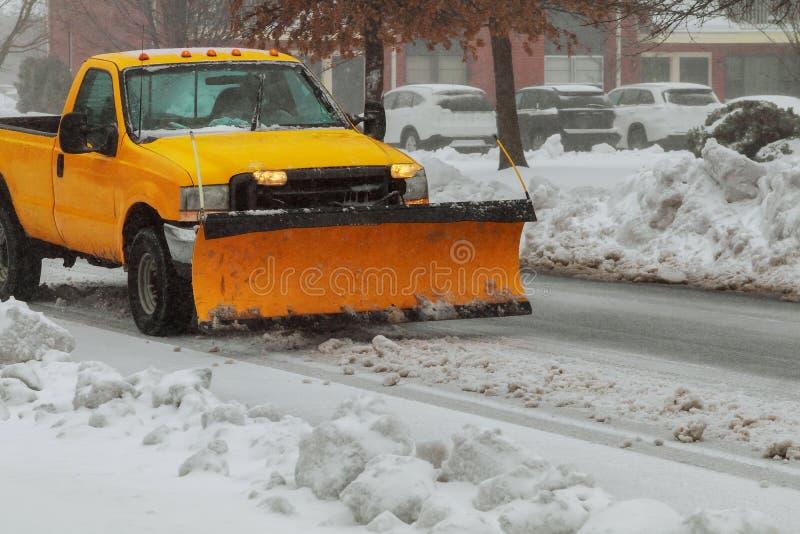 Δρόμος καθαρίσματος φορτηγών αρότρων χιονιού μετά από whiteout τη χιονοθύελλα χειμερινών χιονοθυελλών για την πρόσβαση οχημάτων στοκ εικόνες με δικαίωμα ελεύθερης χρήσης