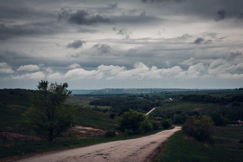 Δρόμος και βροχερός ουρανός μέχρι την ημέρα στοκ φωτογραφία με δικαίωμα ελεύθερης χρήσης