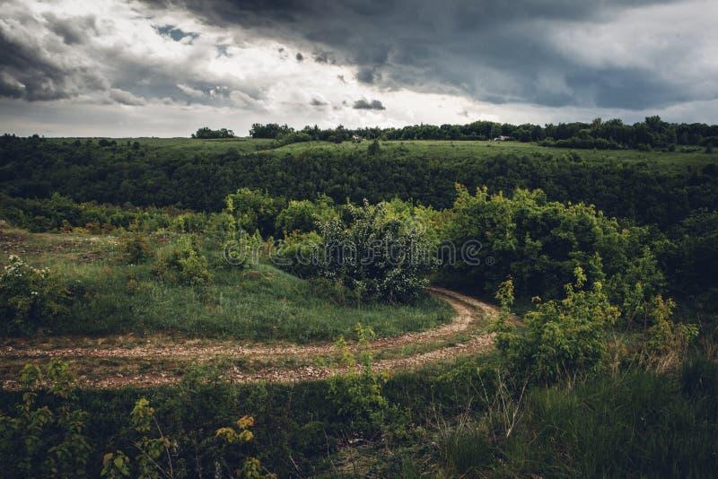 Δρόμος και βροχερός ουρανός μέχρι την ημέρα στοκ εικόνες